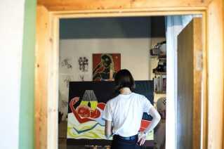 Det er særligt fiktive piger, som er motiv for Benedikte Klüvers malerier.