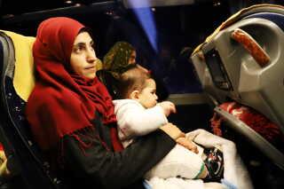 Familien al-Jasim er på vej tilbage til Syrien for første gang i fire år. Busturen tager 16 timer, og når de først krydser grænsen kan de ikke vende tilbage. De tyrkiske myndigheder betaler busturen, men familien får ikke anden hjælp til at vende hjem.