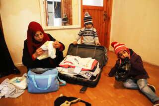 Familien al-Jasim pakker alle deres ejendele sammen i et par kufferter i lejligheden i Istanbul, inden de vender hjem til Syrien.