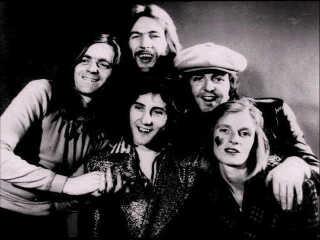 Paul McCartney med sit band Wings, der udover Pauls hustru Linda McCartney også bestod af Jimmy McCulloch, Denny Laine og Denny Seiwell.