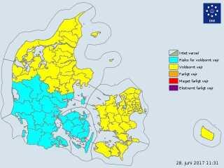 Store dele af landet kan få kraftig regn og skybrud, oplyser DMI.