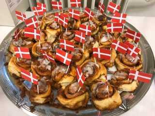 På Boligkontoret i Birkerød fejrer de både flaget, men også foreningen for almene boliger, der fylder 100 år.