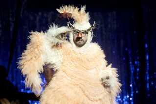 Igen i år bliver der lovet masser af overraskelser i forestillingen. Én af dem er, at Louis Bodnia Andersen optræder som denne fugl.