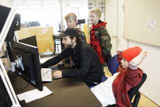 En af folkene bag 'BaseBoys'-serien er instruktør Johannes Majgaard Nielsen, som også instruerer 'Klassen'. Her viser han skuespillerne nogle sjove klip fra de sidste optagelser, de lavede.