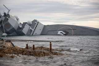 Den norske frigat KNM Helge Ingstad krængede kort tid efter, at den stødte på grund efter kollisionen.