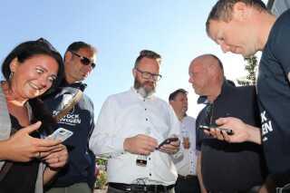Billede fra søndag den 16 juni, hvor indbyggerne i Rostock valgte Claus Ruhe Madsen. Han og hans støtter følger de første resultater, der tikker in på mobilen om vælgernes valg.