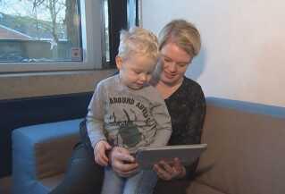 Pædagog Nadia Aaen synes, Youtube for børn ser spændende ud. Men hun savner mere dansk indhold, som sønnen William kan lære af.
