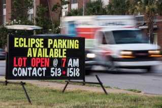 Der reklameres for solformørkelsesparkering i Columbia, South Carolina. Nasa forventer, at en million vil gæste staten i forbindelse med solformørkelsen.