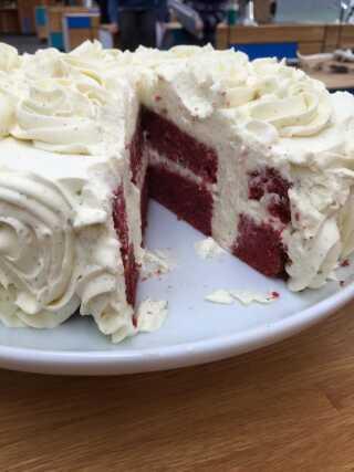 Joan Bahl har også kastet sig over den spiselig udgave med sin Dannebrogs-kage.
