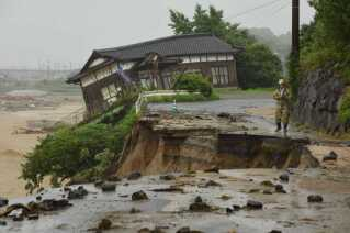 Huse og veje er mange steder ødelagte af de alvorlige oversvømmelser som her i Asakura, Fukuoka 7. juli, 2017.