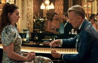 Anne Hathaway og Casper Christensen i traileren til 'The Hustle'.
