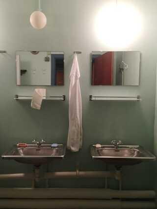 Der er fælles bad og toiletter i Regan Vest, som det ses på billedet. Kun dronningen har som den eneste eget badeværelse, der ligger i forlængelse af soveværelse og kontor.