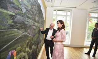Jesper Christiansen viser kronprinsesse Mary rundt på udstillingen søndag.