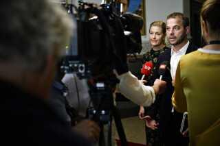 Morten Østergaard og Sofie Carsten Nielsen ankommer til møde om regeringsforhandlingerne med Socialdemokratiet på Christiansborg.