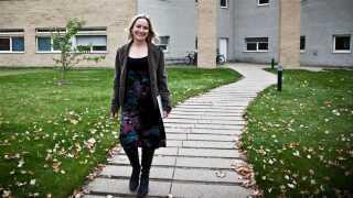 Seniorforsker Mary Wisz udenfor Aarhus Universitets afdeling for bioscience.
