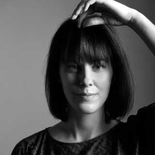 Den 28-årige danske designer Stine Sandermann fik et chok, da hun opdagede, hvor meget fåreuld, der bliver brændt af på danske gårde. Nu henter hun det hos fåreavlerne og bruger det til sine strik og garner.