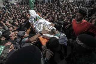 Tusindvis af palæstinensere er gået på gaden for at kræve hævn over Israel efter nattens angreb, der kostede syv palæstinensere livet.