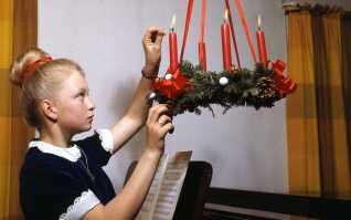 Adventskransen kom til Danmark lidt senere end juletræet, og vandt udbredelse efter 1. verdenskrig i begyndelsen af 1900-tallet.
