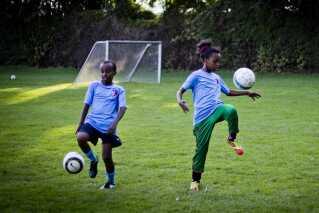 På billedet er to spillere i gang med træningen i fodboldklubben CPH Youth FC i København Nordvest.