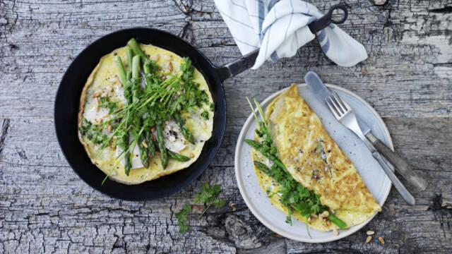 Omelet på pande og tallerken