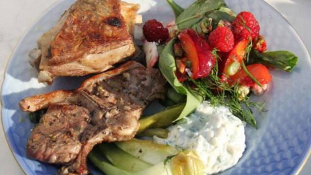 Billede af grillede lammekoteletter med sommersalat.