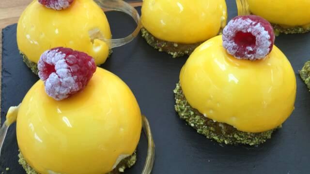 pistaciemousse og passionsfrugt mousse med glace