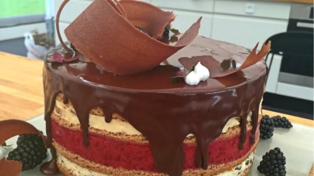 Nøgen kage i lag med chokoaldeganach på toppen