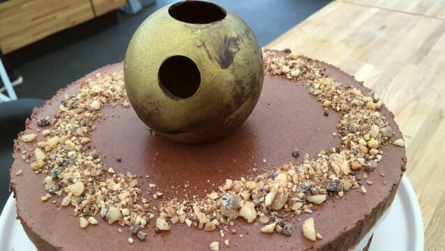 Chokoladekage med en smuk chokoladekugle ovenpå