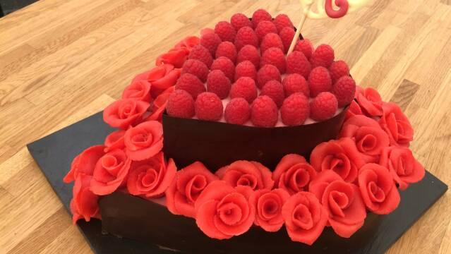 Lækker kage med chokolade, marcuipanblomster og hindbær