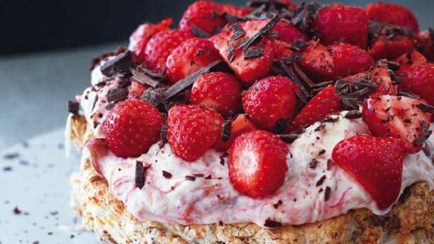 Lækker lagkage med rabarberskum og jordbær