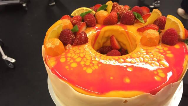Nytårskage med frugt og flotte farver