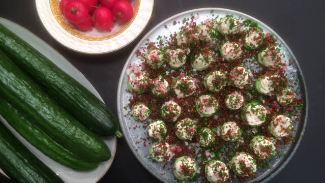 Snack af agurk med rygeostcreme, radiser og rugbrødskrummer