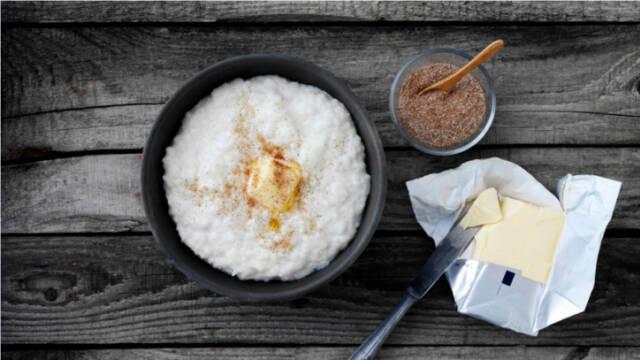 Billede af risengrød med kanel og smørklat