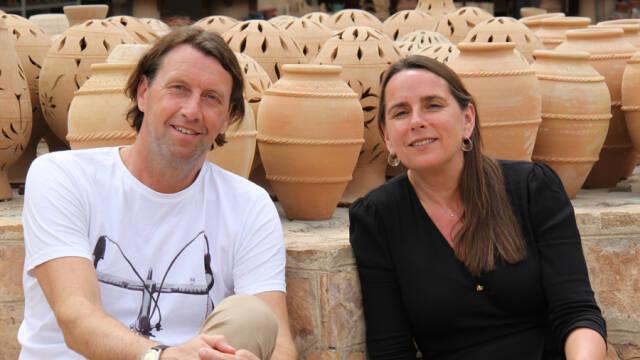 Anders og Anne foran brune lerkrukker.
