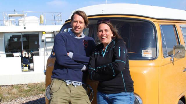 Anne og Anders står op ad gult folkevognsrugbrød