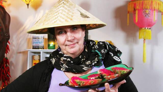Camilla Plum med fad med mad