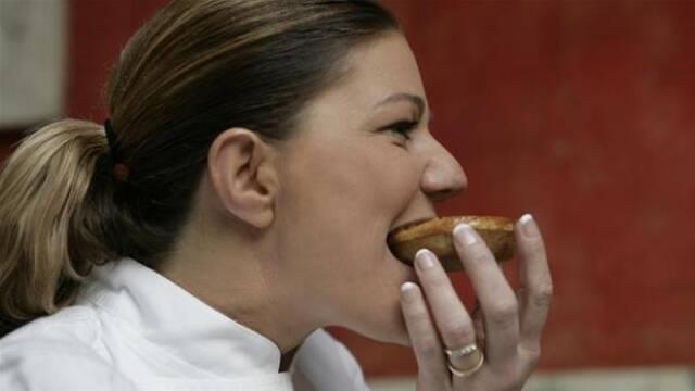 Mette Blomsterberg tager en bid af en småkage