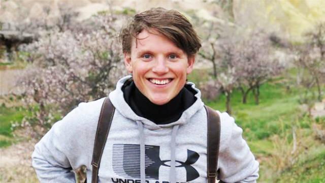 Tobias Hamann med rygsæk på ryggen ude i naturen
