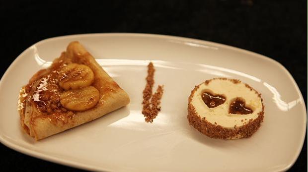 Billedet viser en fin anretning af Crepes Suzette med en fed parfaitis.