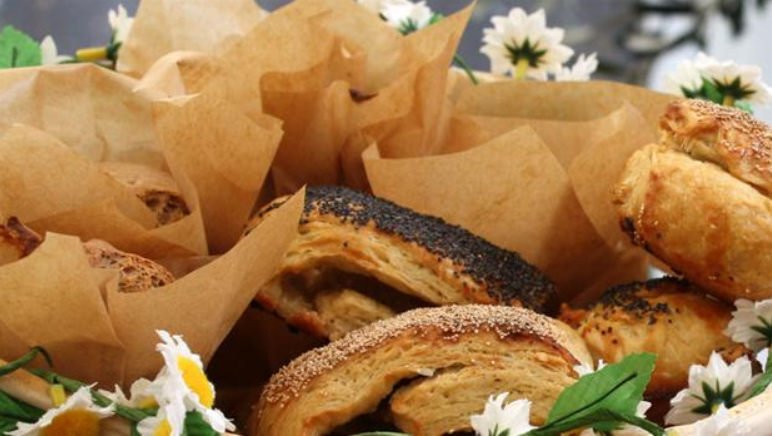 Billedet viser en lækker brødkurv bestående af københavnerbirkes og ølandsboller.