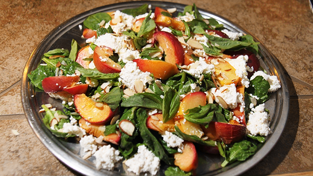 Billede af en tallerken med salat med bagte ferskner og ricotta.