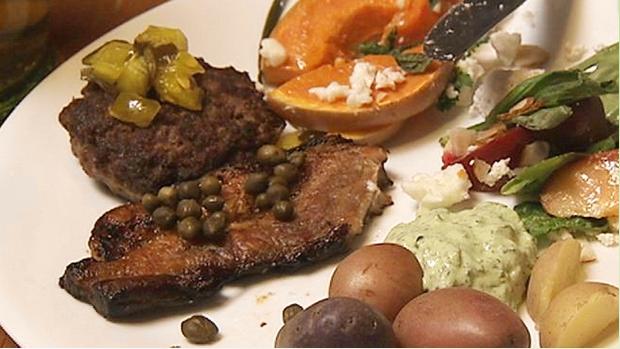 Billede viser en tallerken fyldt med stegt flæsk pyntet med kapers, kolde kartofler og persillecreme.