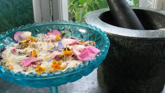 Lavendelsukker i blå skål