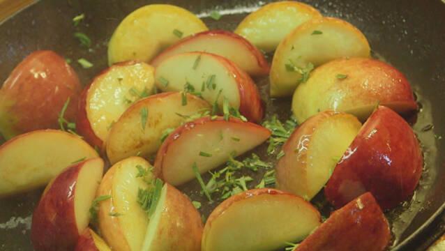 Æbler stegt på panden med rosmarin