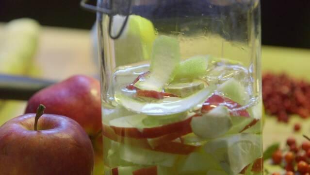 Billede af kryddersnaps der trækker med peberrod med æble og citron.