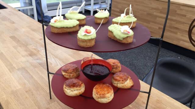 scones med solbærcurd og små tærter med myntecreme