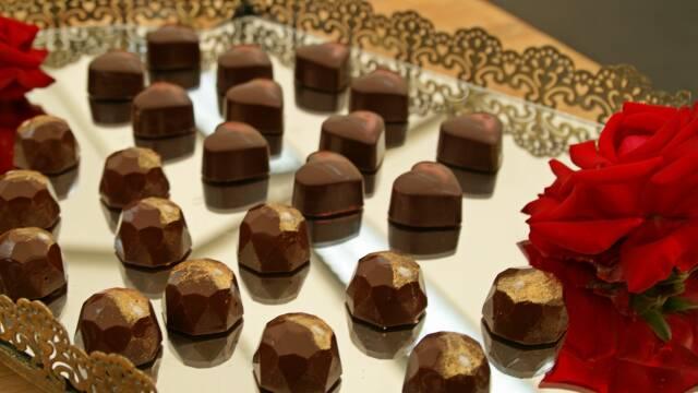 Fyldte chokolade på guldfad