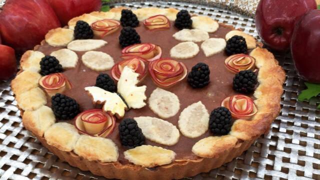 Tærte med rabarber, æble og brombær