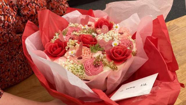 Kage røde detaljer, blomster og dekoration