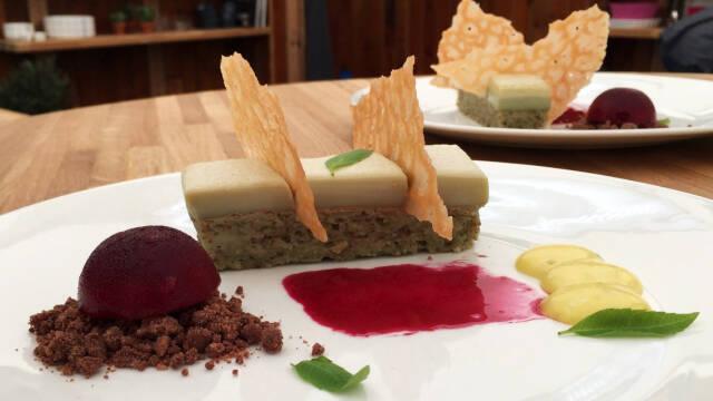 Dessert med granatæblesorbet, limecurd, matcha-kage og karamel